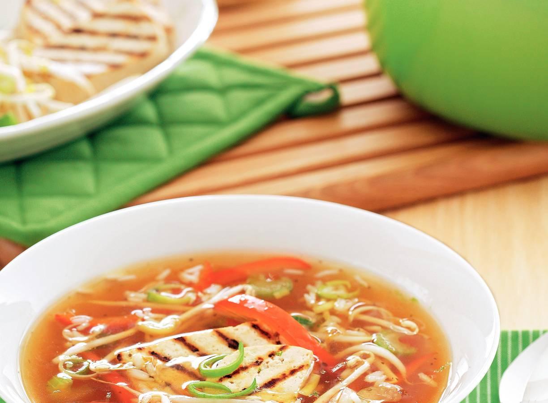 Maaltijdsoep met groenten en gegrilde tofu