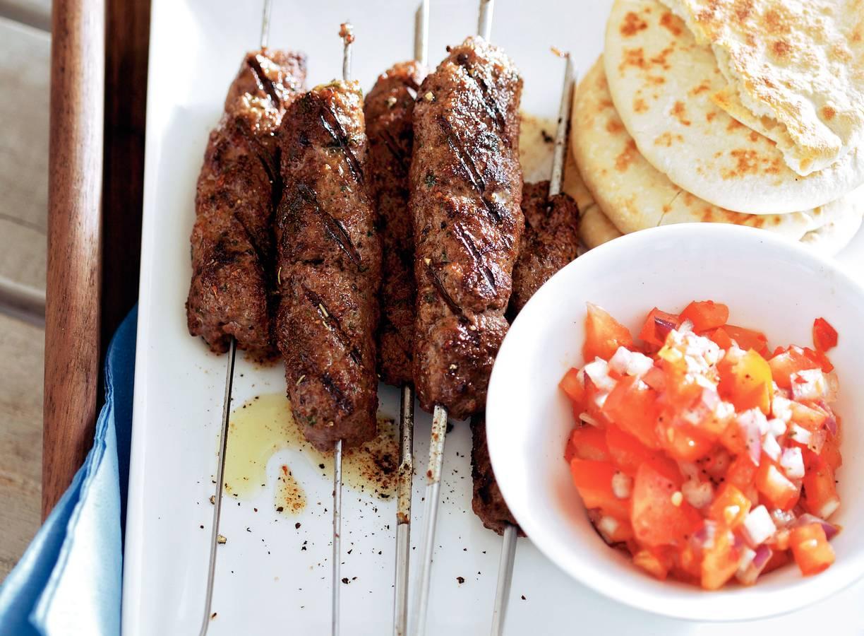 Gegrilde worstjes met pittige tomatensalsa