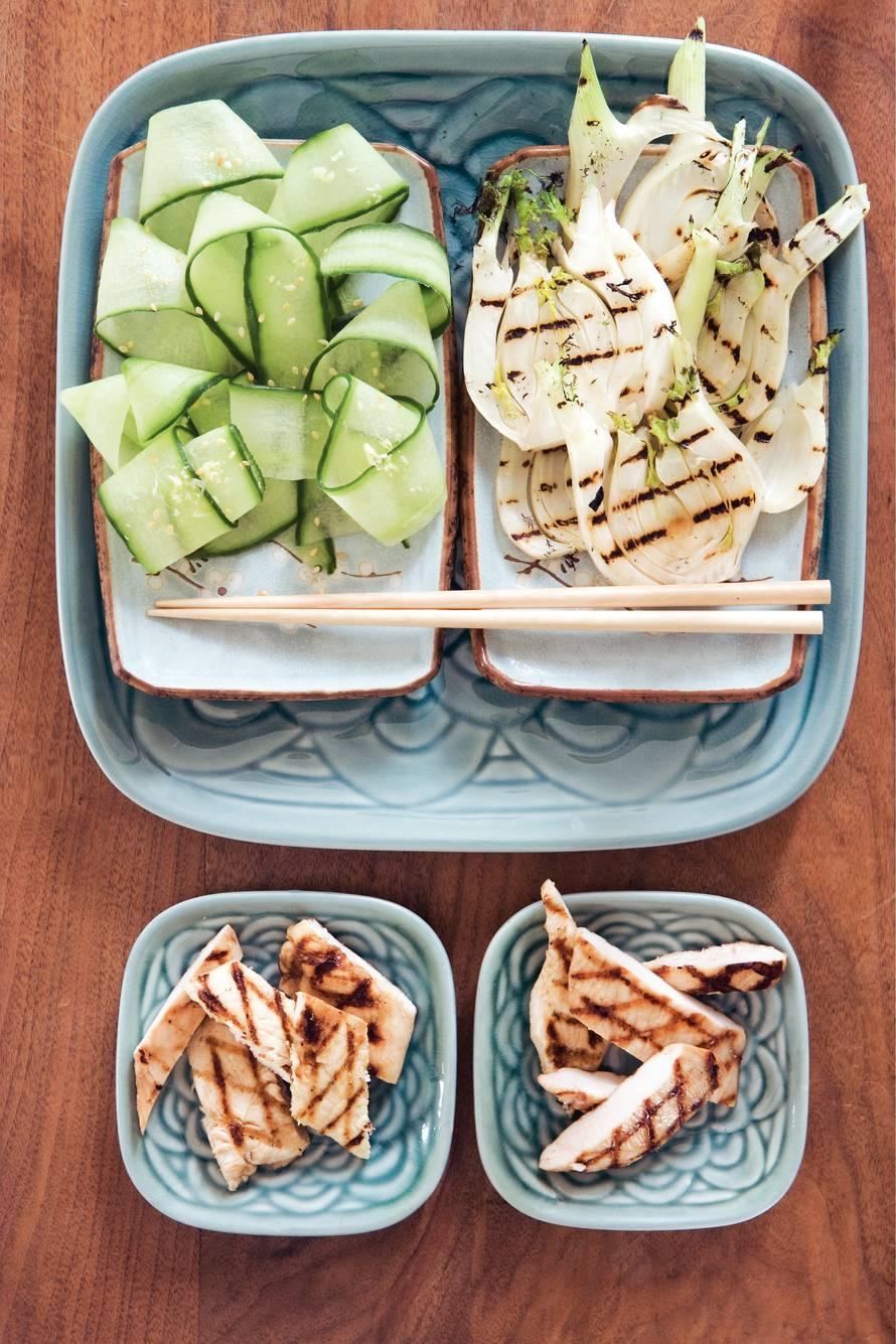 Komkommerlinten met gember en sesamzaad