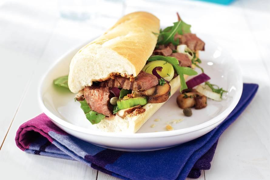 Steak sandwich met rucola en roerbakgroenten