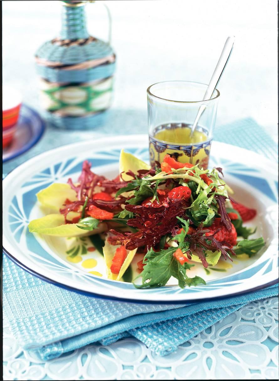 Mosterdblad met witlof, aardbeien en spekjes
