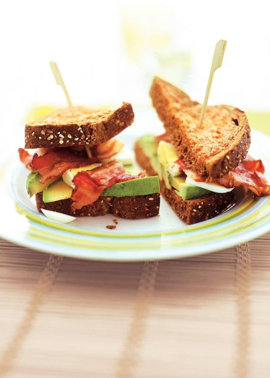 Avocado-clubsandwich van tomatentoast