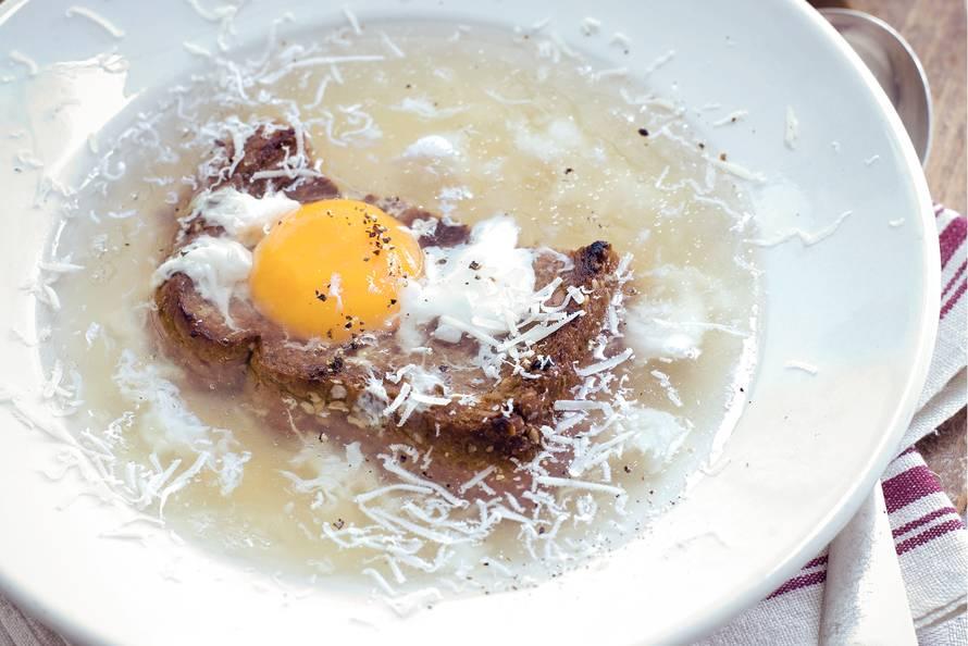 Zuppa alla pavese met romanasalade