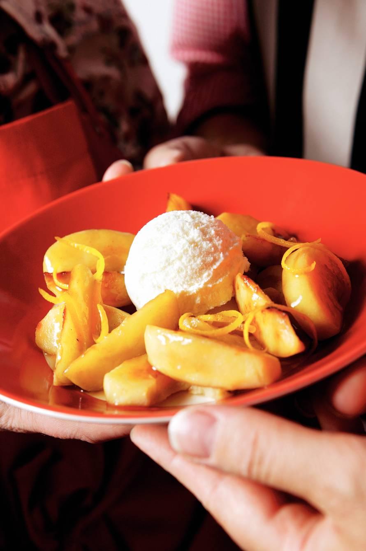 Geflambeerde appeltjes met pastis en ijs