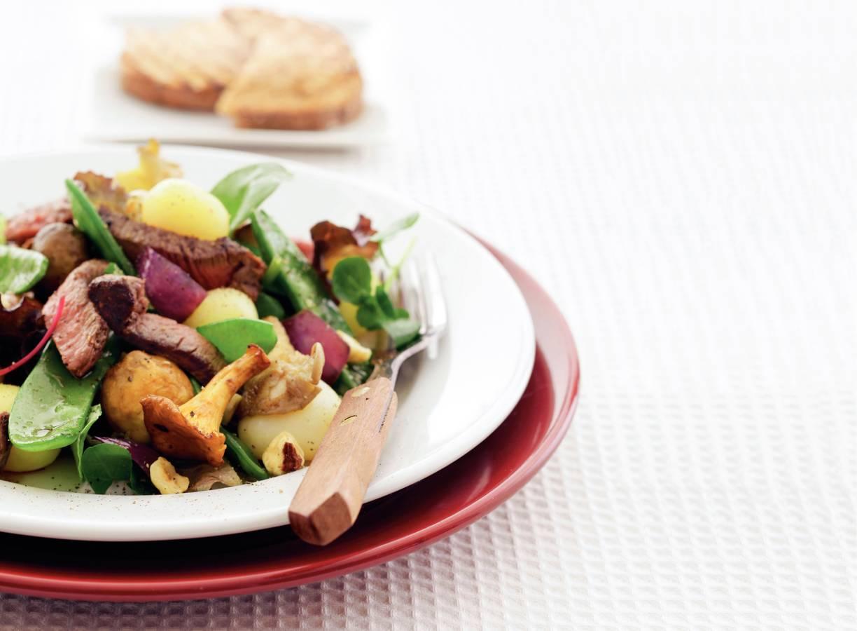 Warme herfstsalade met biefstuk en hazelnoten