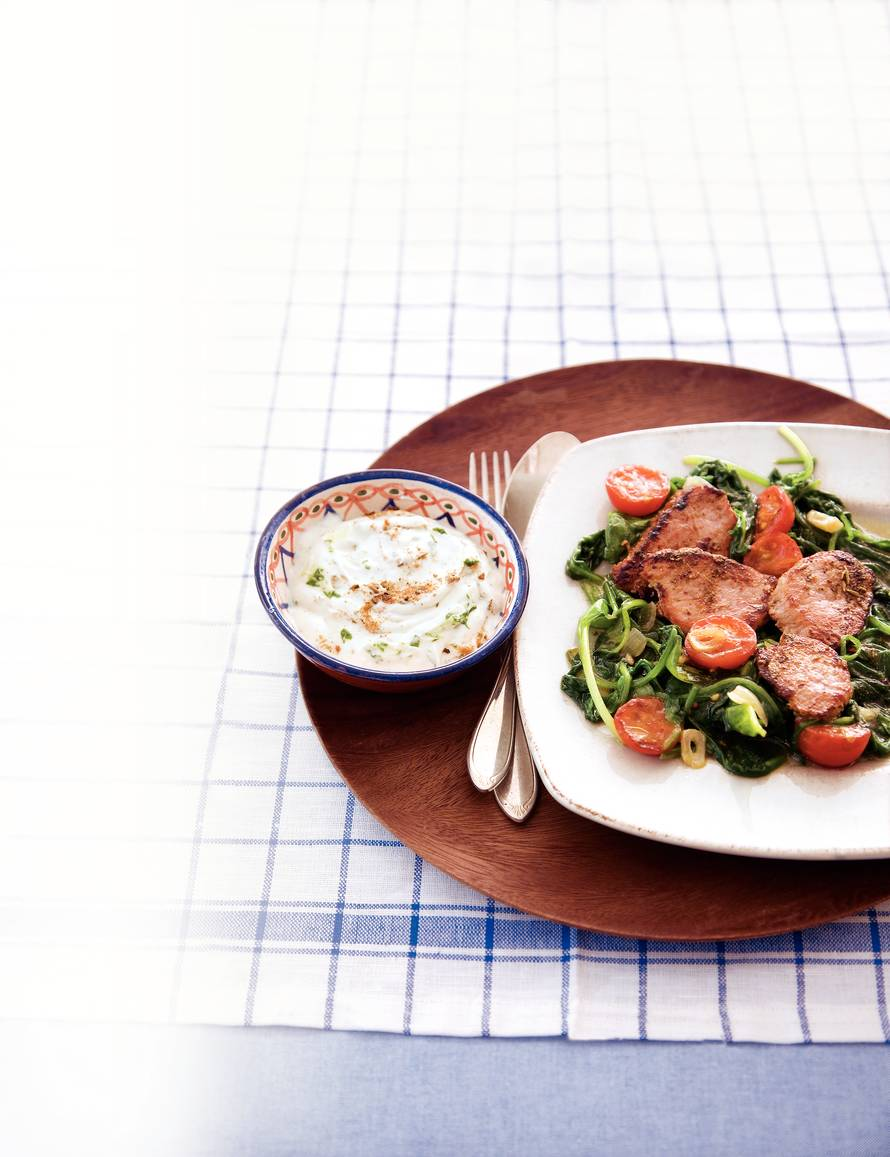 Geroerbakte varkenshaas met spinazie en yoghurt
