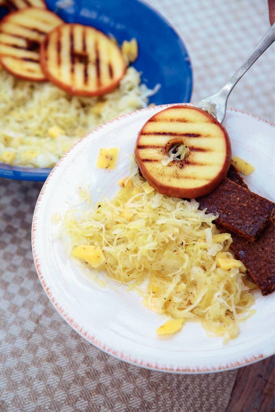 Zuurkoolsalade met gegrilde appel en Leidse kaas
