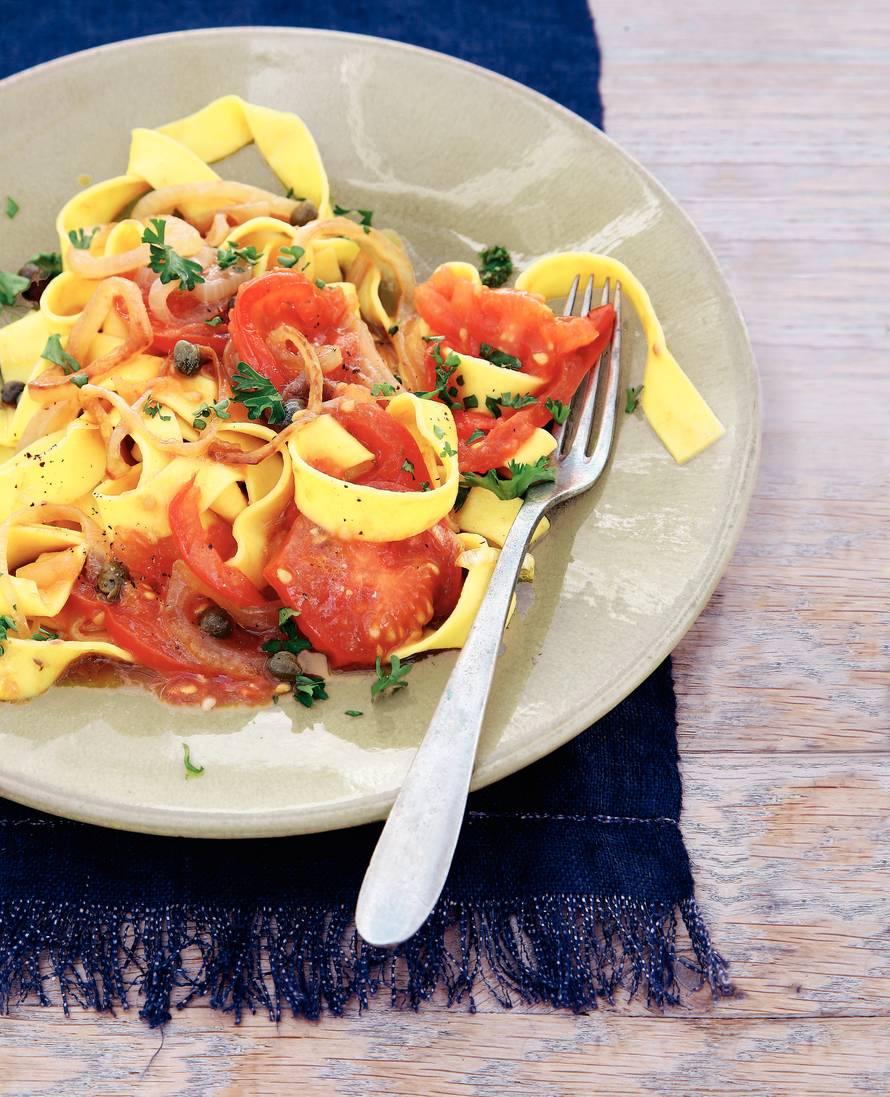 Verse lintpasta met tomaat en kappertjes