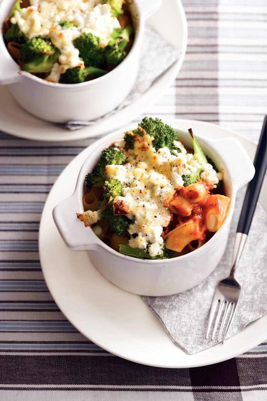 Pastaovenschoteltje met paprikasaus en broccoli