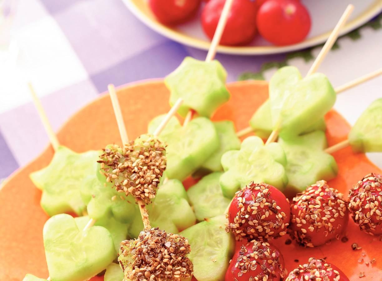 Kruidendip met komkommerspiesen en radijsjes