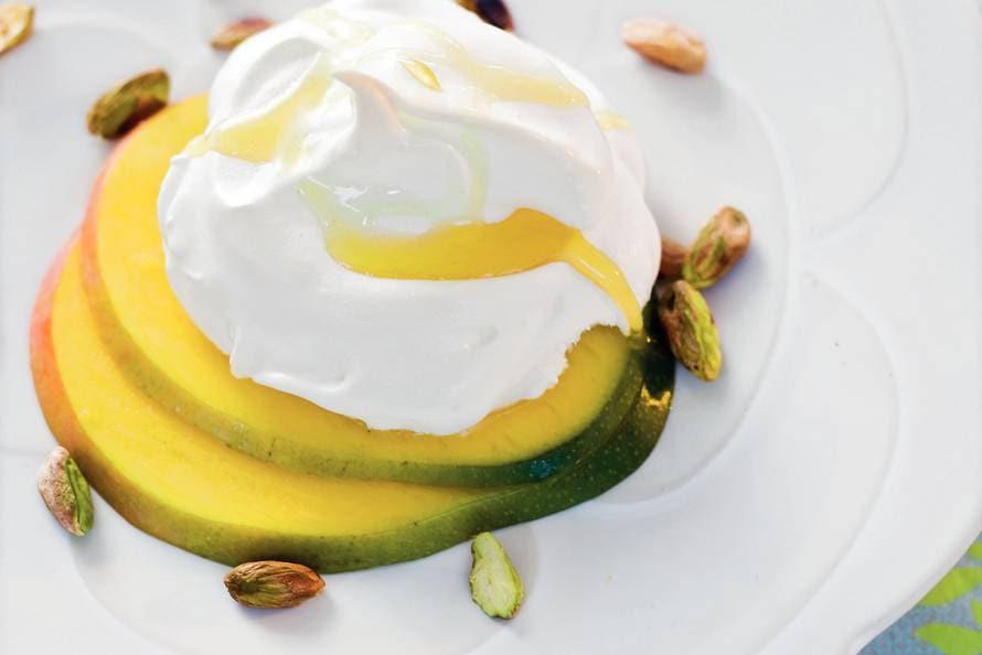 Meringues met mango en pistachenootjes