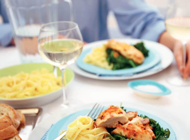 Knoflookkip met spinazie en rucola