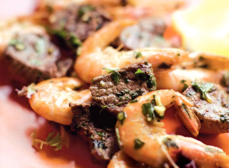 Spiesen met garnalen, biefstuk en kruidenolie