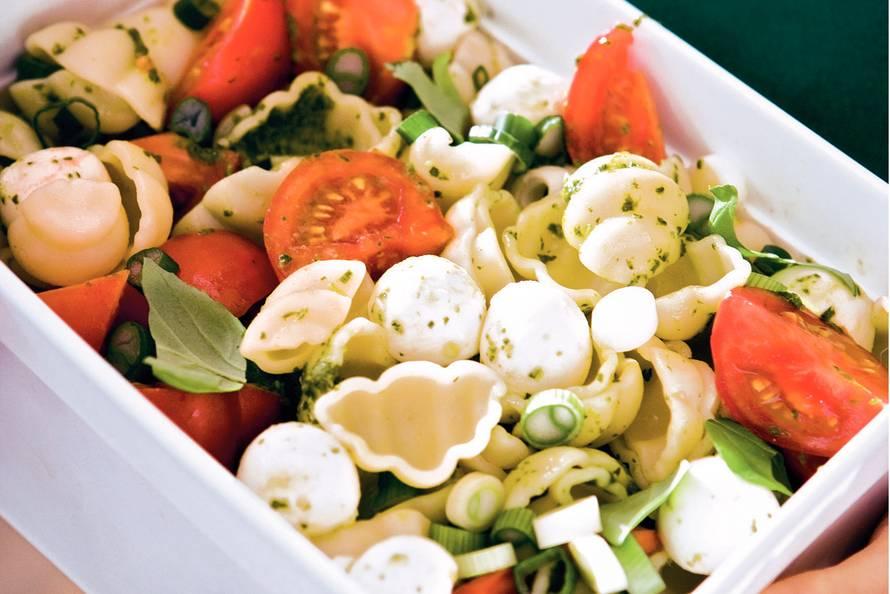 pastasalade tomaat basilicum