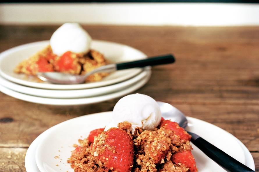 Aardbeiencrumble met vanille-ijs