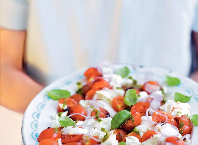 Salade 'caprese' met basilicumolie en sjalotten
