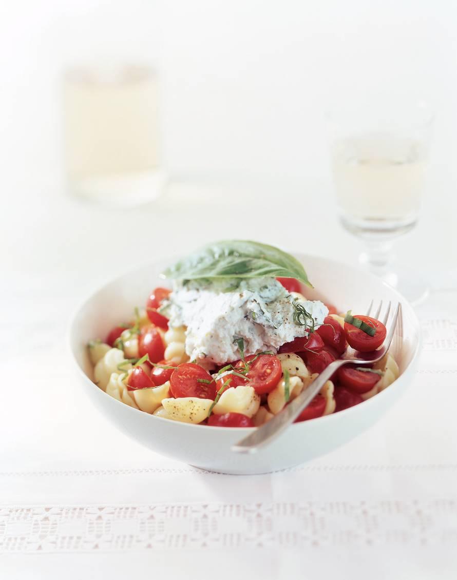 Pasta met tomaat, ricotta en basilicum