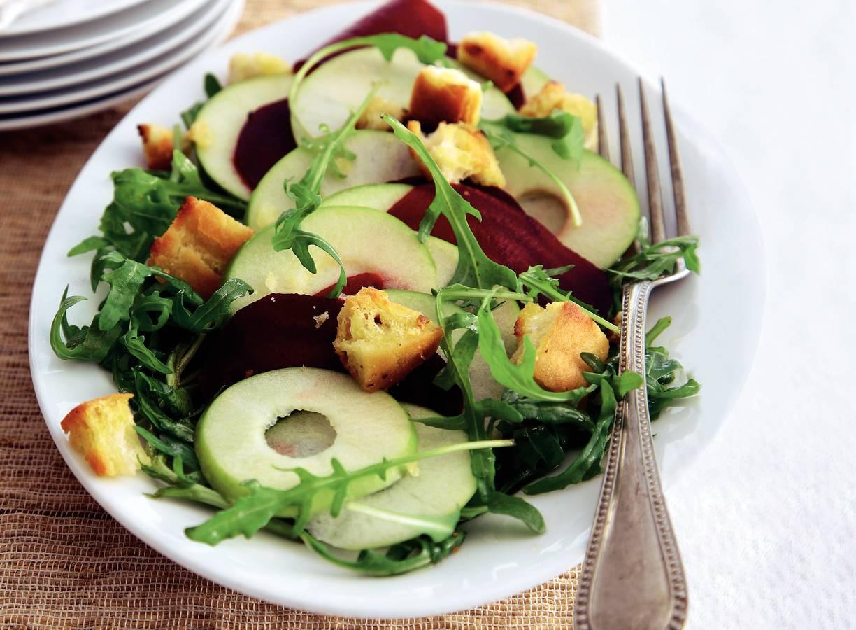 Zoet-pittige salade met knoflookcroutons