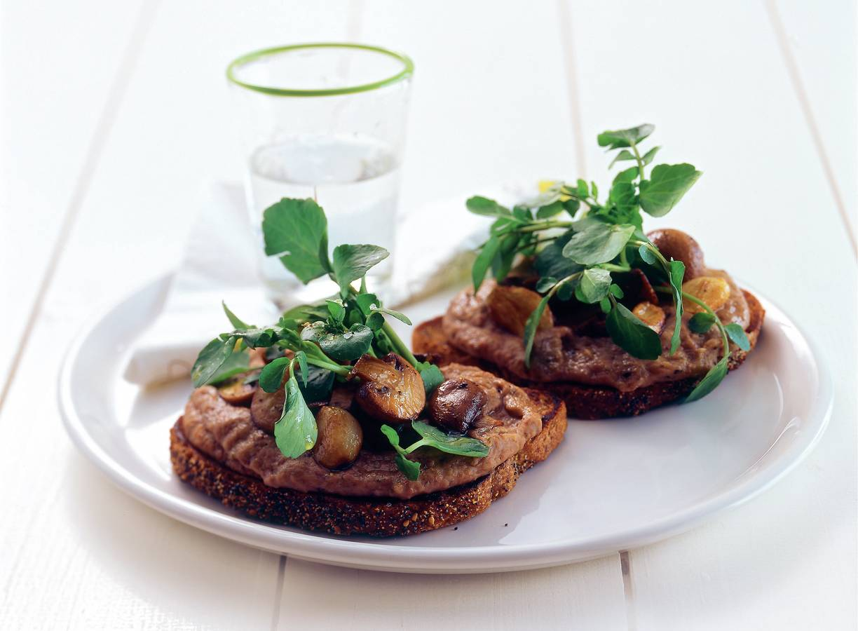 Maaltijdcrostini met kruidige bonenspread, knoflook en champignons
