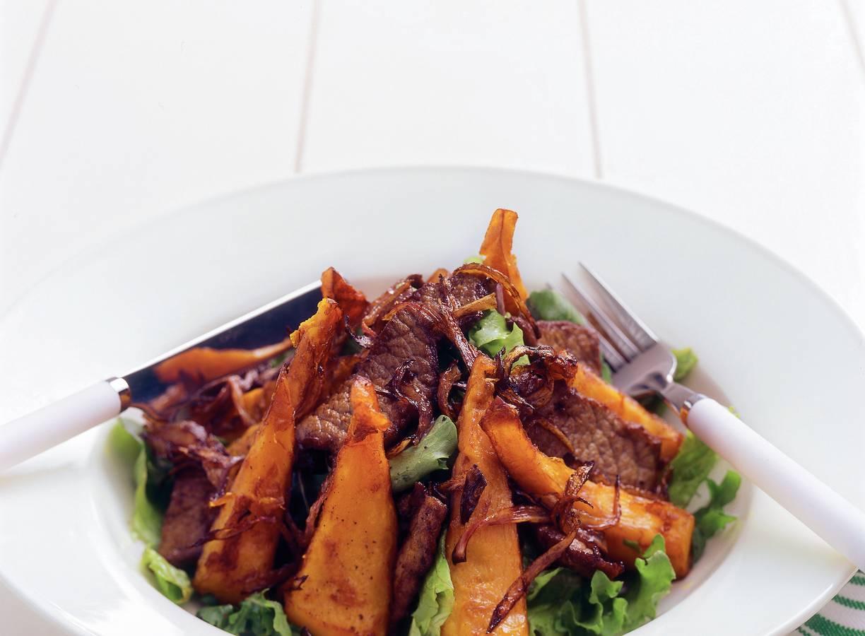 Salade van gefrituurde pompoen en biefstuk