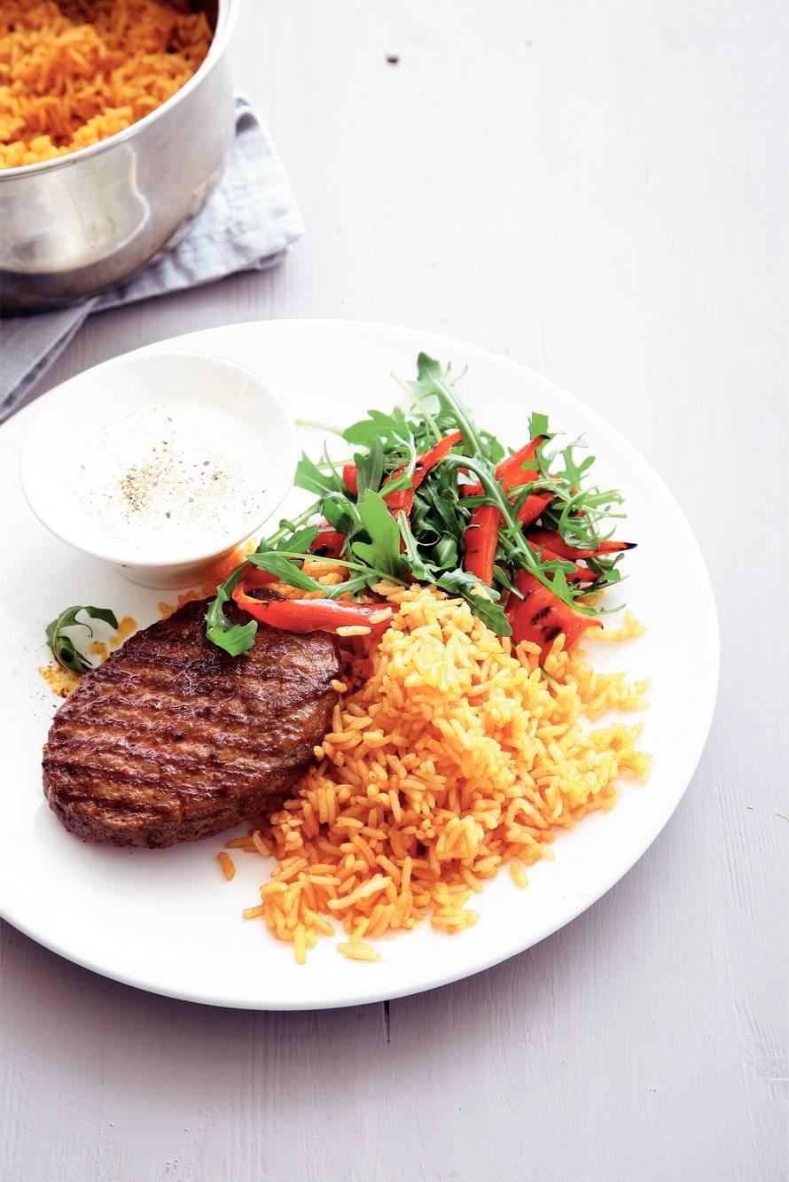 Steak du boeuf met rijst en paprikasalade