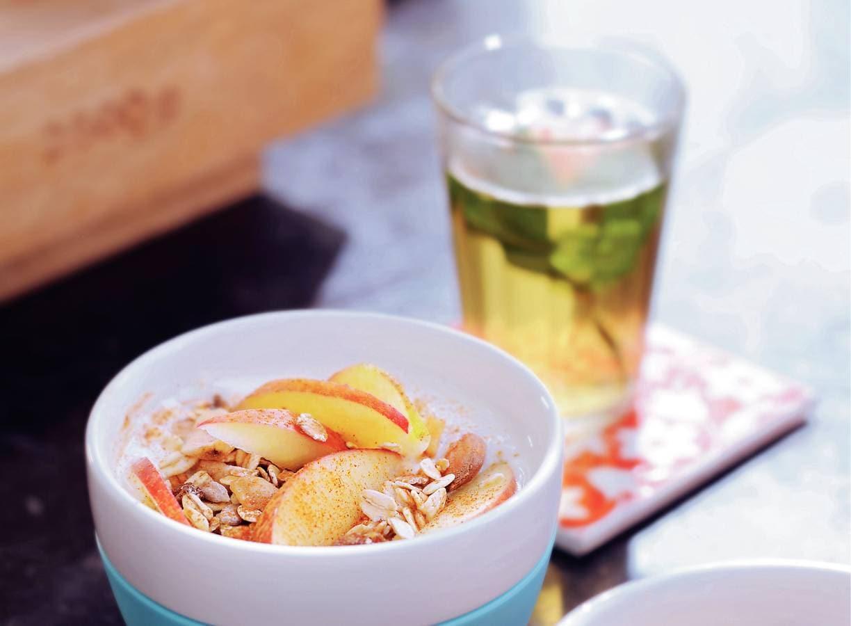 Yoghurt met muesli, appel en kaneel