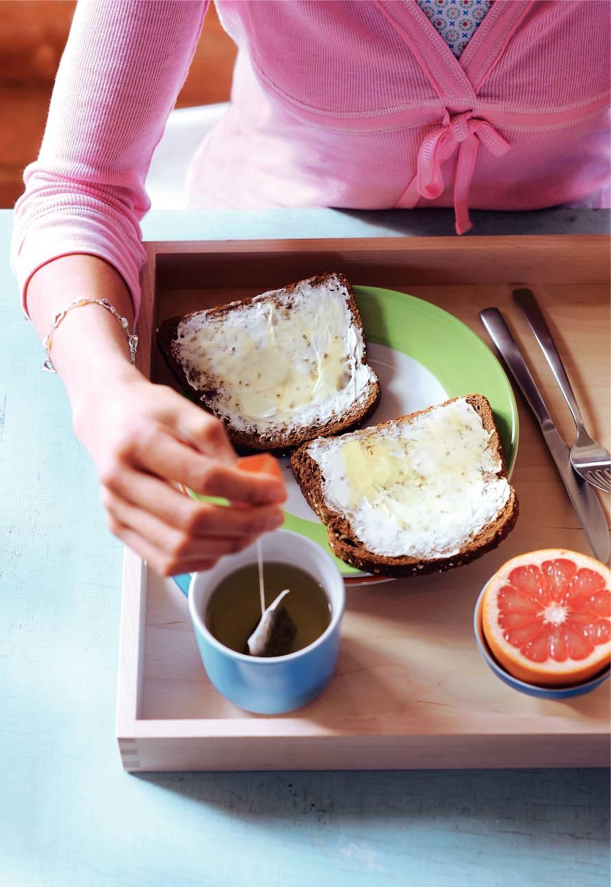Volkorenbrood met zuivelspread en honing