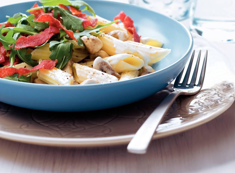 Pasta met krokante salami en champignons