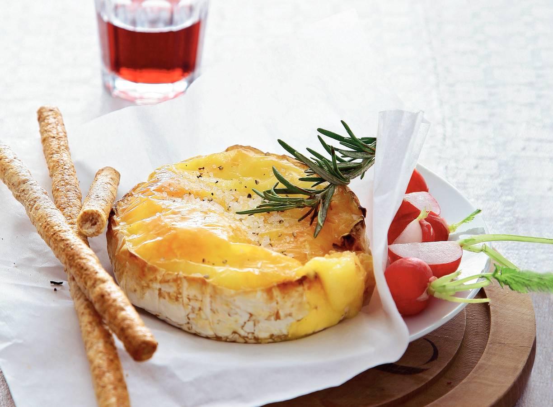 Camembert uit de oven met rozemarijn