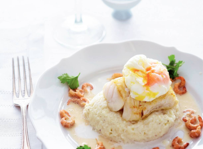 Kabeljauwtaartje met geplette bloemkool, Parmezaanjus en  garnalen