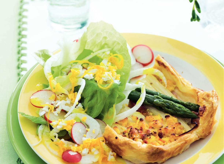 Ham-aspergetaartje met salade