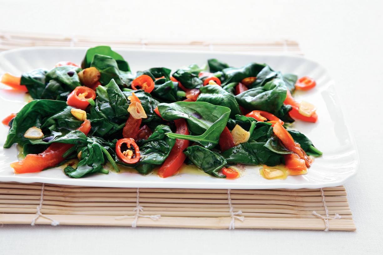 Spinazie met rode peper en tomaat