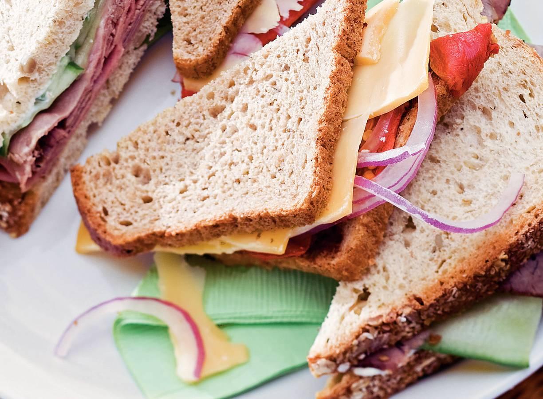 Sandwich met oude kaas en gegrilde paprika