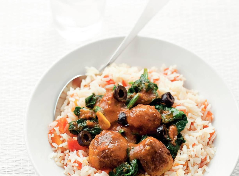 Gehaktballen met tomatenrijst en spinazie