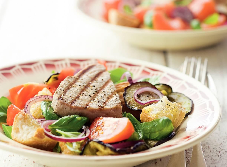 Italiaanse broodsalade met tonijn