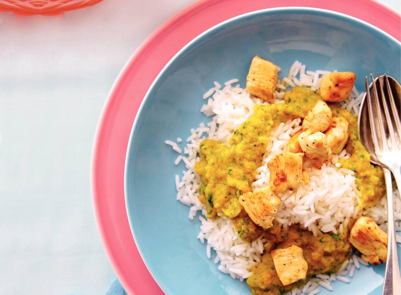 Rijst met groentepindasaus en kipsaté