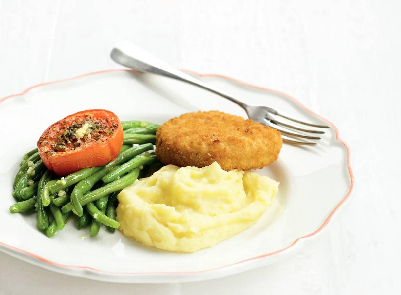Visschnitzels en tomaat met aardappelpuree