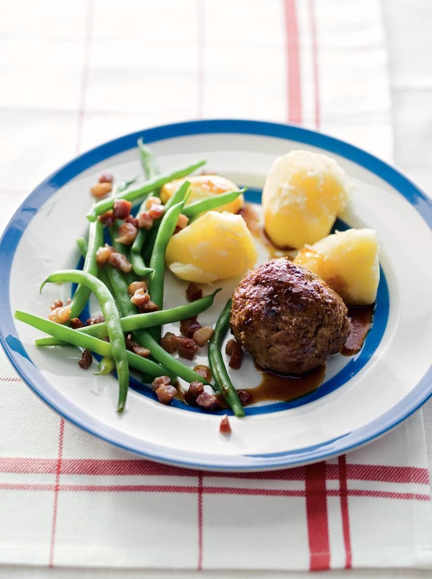 Gehaktbal met aardappelen en sperziebonen