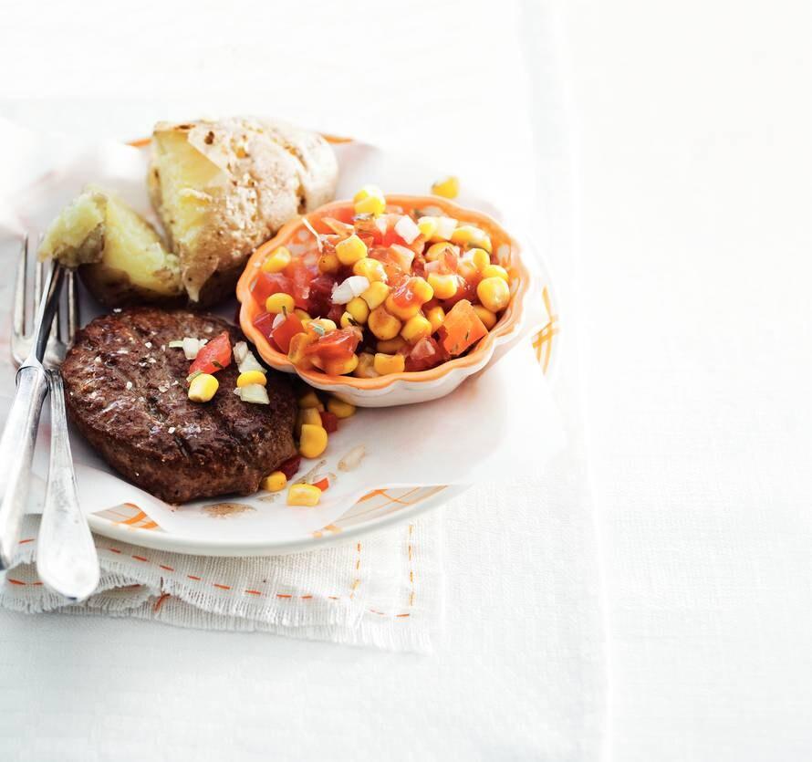 Beefburger & tomaten-maissalade