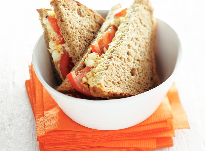 Eiersalade-sandwich met tomaat