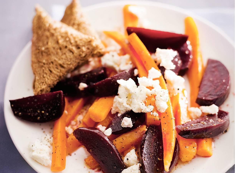 Salade van bieten, wortel en kaas
