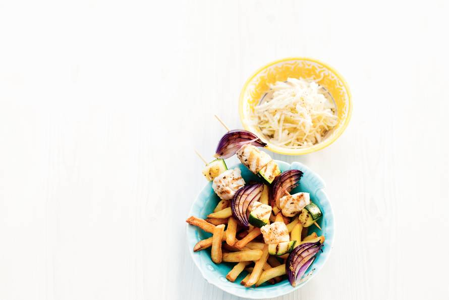 Vissouvlaki, frites & koolsalade