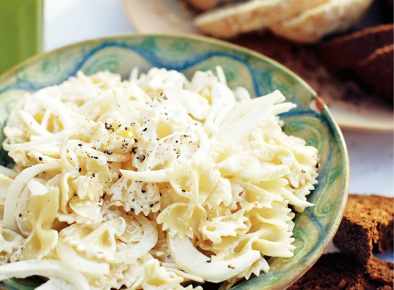 Witte pastasalade met gepofte knoflook
