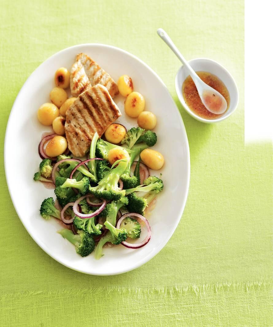 Broccolisalade met krieltjes & gegrilde kip