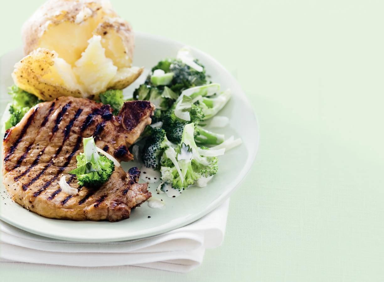 Gegrilde karbonade met broccolisalade