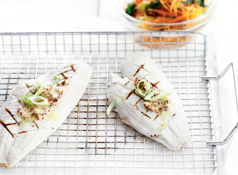 Tong met mosterd en wortelsalade