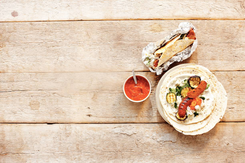 Tortilla's met zomergroenten en worstjes