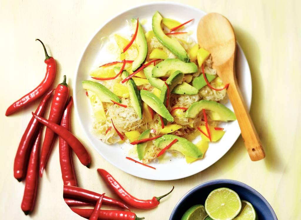 Zuurkoolsalade met mango en avocado