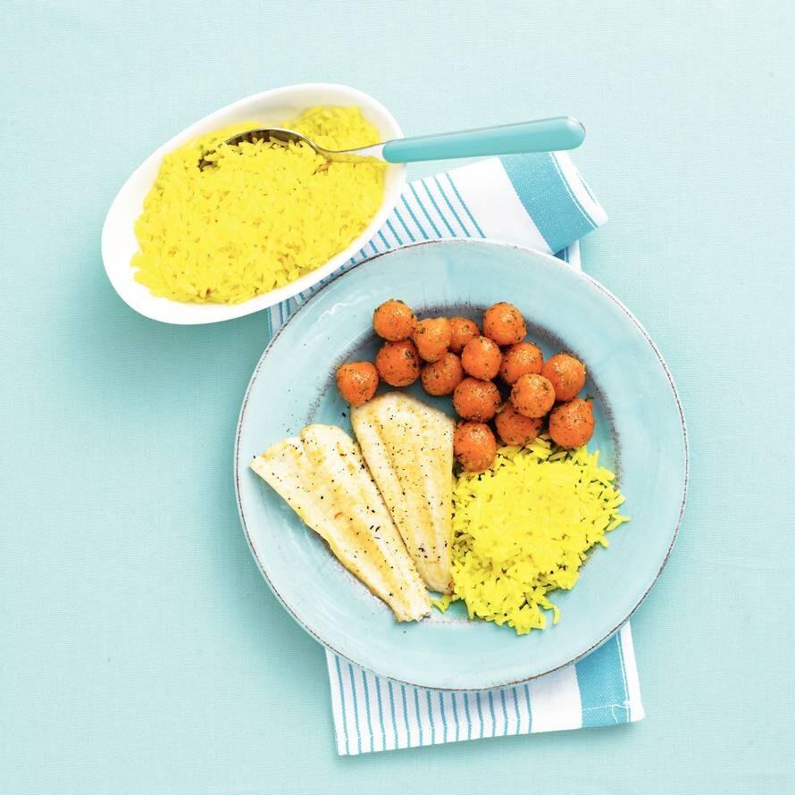 Vis met gele rijst en wortel