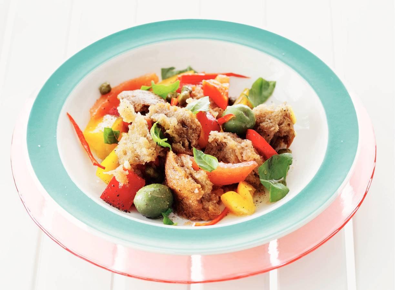 Panzanella met paprika, knoflookolijven & basilicum
